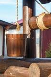 Hölzerner Brunnen. Eimer auf einem Seil Lizenzfreie Stockbilder