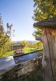 Hölzerner Brunnen mit frischem klarem Wasser garten herein mit Weinbergen Lizenzfreie Stockbilder