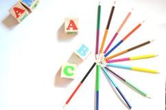 Hölzerner Buchstabe blockiert Alphabet ABC mit mehrfarbigen Bleistiften Stockfotografie