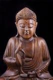 Hölzerner Buddha auf schwarzem Hintergrund Lizenzfreie Stockfotografie