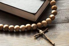 Hölzerner Christian Cross als Nächstes die geschlossene Bibel lizenzfreie stockfotografie