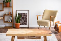 Hölzerner Couchtisch im eleganten Wohnzimmerinnenraum, wirkliches Foto lizenzfreies stockfoto