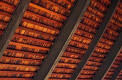 Hölzerner Dachdetail-Unschärfehintergrund Stockbild