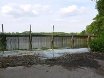 Hölzerner Damm am Fishpond in Bohdanec, Tschechische Republik Stockbild