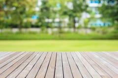 Hölzerner Decking oder Bodenbelag und Anlage im Garten dekorativ lizenzfreie stockfotos