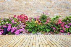 Hölzerner Decking oder Bodenbelag und Anlage im Garten dekorativ lizenzfreies stockfoto