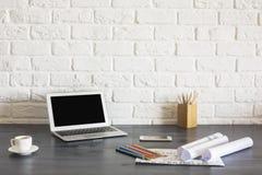 Hölzerner Desktop mit Laptop Lizenzfreie Stockbilder