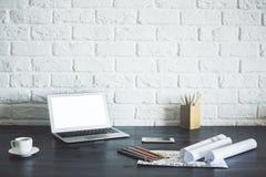 Hölzerner Desktop mit weißem Laptop Stockfoto