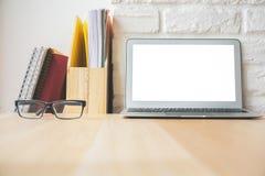 Hölzerner Desktop mit weißem Laptop Lizenzfreie Stockbilder