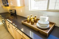 Hölzerner dienender Tray On Long Kitchen Counter lizenzfreie stockfotografie