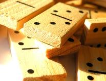 Hölzerner Domino in der Reihe Lizenzfreies Stockbild