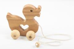 Hölzerner Duck Toy auf Seil lizenzfreie stockfotos