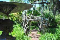 Hölzerner Eingang zu einem geheimen Garten Lizenzfreies Stockfoto