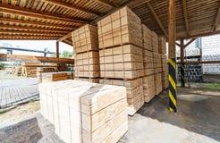 Hölzerner Fabrikvorrat und Bauholzbrett mit Naturgeschäftsexport Stockbilder
