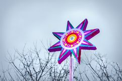 Hölzerner farbiger gemalter Stern, auf einem unscharfen Hintergrund lizenzfreie stockfotografie