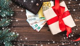 Hölzerner Feiertagshintergrund, eine Tabelle des Geschäftsmannes Geschenk für geliebte Beschneidungspfad eingeschlossen Effekt vo lizenzfreie stockfotografie