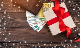 Hölzerner Feiertagshintergrund, eine Tabelle des Geschäftsmannes Geschenk für geliebte Beschneidungspfad eingeschlossen Effekt vo stockfotos