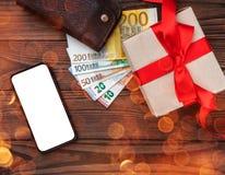 Hölzerner Feiertagshintergrund, Geschenk für geliebte Raum für Text am Telefon Beschneidungspfad eingeschlossen Effekt von hellen lizenzfreie stockfotos