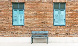 Hölzerner Fensterfensterladen und -stuhl bügeln die Farbe, die mit traditionellem cyan-blau ist Stockfotos