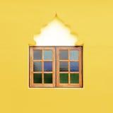 Hölzerner Fensterrahmen auf der gelben Wand Stockfotografie