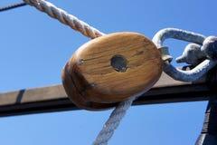 Hölzerner Flaschenzug auf Segelboot Stockbild