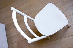 Hölzerner Fußboden des Retro- Standplatzes des Lackes der Stuhlnachricht weißen Lizenzfreie Stockfotografie