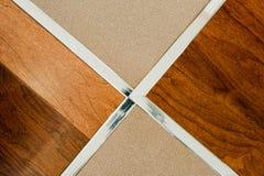 Hölzerner Fußboden und Fliese Stockfoto
