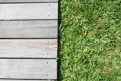 Hölzerner Fußboden und Gras lizenzfreies stockfoto