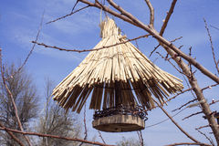 Hölzerner Futtertrog für Vögel Stockfotos