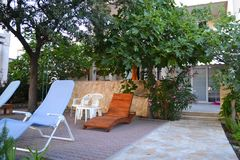Hölzerner Gartenstuhl vor Ferienorthaus stockbild