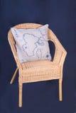 Hölzerner geflochtener Stuhl mit Kissen Stockbild