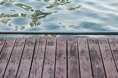 Hölzerner Gehweg über dem Fluss für Netz Lizenzfreie Stockbilder