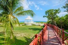 Hölzerner Gehweg, der zu das Ufer an Varadero-Strand in Kuba führt lizenzfreie stockfotos