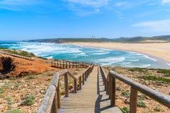Hölzerner Gehweg zum Praia tun Bordeira-Strand Lizenzfreie Stockfotografie