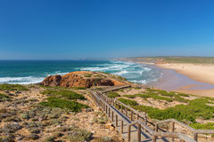 Hölzerner Gehweg zum Strand Praia DA Amoreira, Bezirk Aljezur stockfotografie