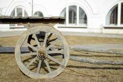 Hölzerner geladener Warenkorb im Hof eines alten Hauses Lizenzfreie Stockfotografie