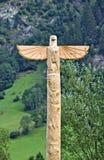 Hölzerner geschnitzter Adler auf Totempfahl Lizenzfreies Stockfoto