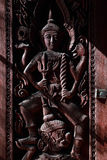 Hölzerner gesehnter Angel Shadow im thailändischen Tempel Windows Lizenzfreies Stockbild