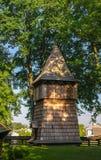 Hölzerner Glockenturm der griechischer Katholisch-Mutter der Gottkirche, UNESCO, Chotyniec, Polen lizenzfreie stockfotografie