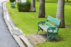 Hölzerner grüner Stuhl Stockbild
