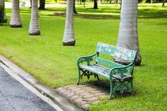 Hölzerner grüner Stuhl Stockbilder