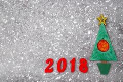 Hölzerner grüner Weihnachtsbaum, unterzeichnen 2018 von den hölzernen roten Buchstaben, grauer konkreter Hintergrund Guten Rutsch Lizenzfreies Stockbild