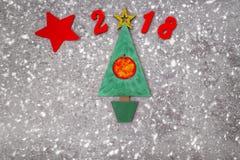 Hölzerner grüner Weihnachtsbaum, unterzeichnen 2018 von den hölzernen roten Buchstaben, grauer konkreter Hintergrund Guten Rutsch Lizenzfreie Stockbilder