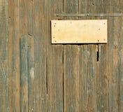 Hölzerner grunge Hintergrund mit einer Weinleseplatte Lizenzfreie Stockbilder