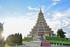 Hölzerner Guan Im Buddha in Wat Huay Pla Kang-Tempel stockfotografie
