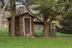 Hölzerner Hühnerstall im ländlichen Hinterhof mit Zaun lizenzfreies stockfoto