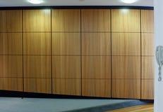 Hölzerner Hallenwandhintergrund Stockfotografie
