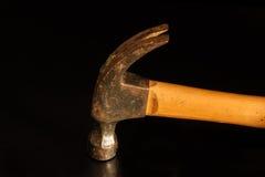 hölzerner Hammer auf rostigen verwendet des schwarzen Hintergrundes und getragen Lizenzfreie Stockfotos