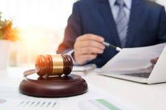 Hölzerner Hammer des Gerechtigkeitssymbols auf Tabelle Rechtsanwalt, der im Büro arbeitet lizenzfreie stockfotografie