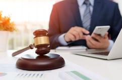Hölzerner Hammer des Gerechtigkeitssymbols auf Tabelle Rechtsanwalt, der im Büro arbeitet stockfotos